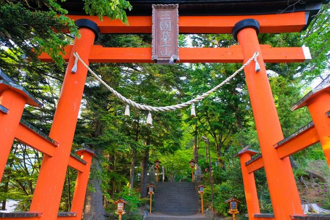 Từ Tokyo, bạn đi xe bus đến bến Kawaguchiko Station, từ đây tiếp tục bắt tàu theo tuyến Fujikyu Railway Line xuống ga Shimo-Yoshida Station, sau đó đi bộ thêm khoảng 10 phút là tới ngôi chùa. Khi tới đây, bạn tiếp tục leo thêm 397 bậc thang đá để lên tới điểm ngắm cảnh. Mẹo nhỏ cho bạn là nên đến từ sáng sớm để chụp được bức ảnh đỉnh núi chưa bị mây chê nhiều. Bức ảnh chùa Chureito với tầng mái đỏ, phía dưới là hoa anh đào nở rộ, phía xa là núi Phú Sĩ trở nên kinh điển của ngành du lịch xứ phù tang.