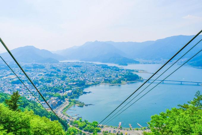 Cáp treo núi Kachi Kachi  Nếu bạn đang tìm kiếm một địa điểm vừa để ngắm núi vừa lãng mạn khi đi cùng nửa kia thì có thể tìm đến núi Kachi Kachi. Từ cáp treo, bạn có thể ngắm nhìn hồ Kawaguchiko từ độ cao 400 m. Ngọn núi này gắn liền với một truyền thuyết dân gian về loài thỏ và gấu trúc. Tuy nhiên, các cặp đôi khi tới đây lại yêu thích một câu chuyện truyền miệng khác về tình yêu, liên quan tới chiếc chuông bầu trời (Bell of the Sky).