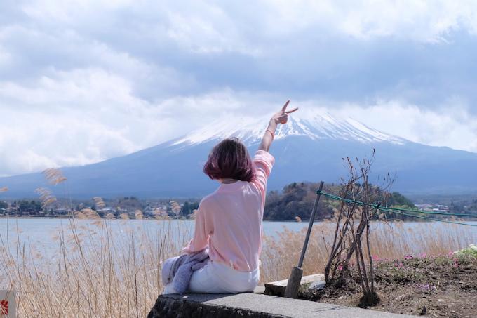 """Hồ Kawaguchi  Đây là một trong 5 hồ thuộc Phú Sĩ Ngũ Hồ, nằm ở Fujisanroku phía Yamanashi-ken. Khunh cảnh quanh hồ thay đổi rõ rệt theo từng mùa. Mùa xuân phủ rợp hoa anh đào, mùa hè nhuộm sắc tím của hoa lavandula (oải hương Hà Lan). Vào mùa thu, lá đỏ với nhiều màu sắc khác nhau tạo nên bức tranh ấn tượng, buổi tối người ta còn thắp đèn dưới tán cây. Mùa đông, nơi đây diễn ra """"Lễ hội cây đóng băng"""", có thể thưởng thức mẫu vật bằng băng được thắp đèn và những cây đóng băng với độ cao lên đến 10m. Bạn đi tàu Fiji Express Kawaguchi-ko line, dừng tại ga Kawaguchi-ko."""