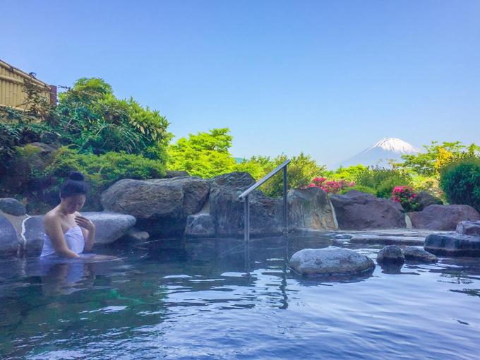 Hồ onsen  Trong bài tư vấn của mình, blogger Jasmine Chen đến từ Đài Loan đã mách bạn một lựa chọn rất lý tưởng, vừa thư giãn, vừa ngắm núi. Đó chính là từ các bồn tắm onsen ngoài trời quanh khu vực này. Tuyệt vời nhất là thuê một ryokan onsen (nhà nghỉ kiểu truyền thống có bồn onsen ngoài trời), tuy nhiên giá của chúng rất đắt. Nếu hầu bao khiêm tốn, bạn có thể chọn dịch vụ tắm onsen tại các spa. Jasmine Chen gợi ý Enoshima Island soa, nằm trên đảo Enoshima, có thể đi từ Yokohama hay Kamakura. Bạn có thể vào đây tắm thư giãn với giá 3.120 yen, nếu đến sau 18h, giá là 1.932 yen.
