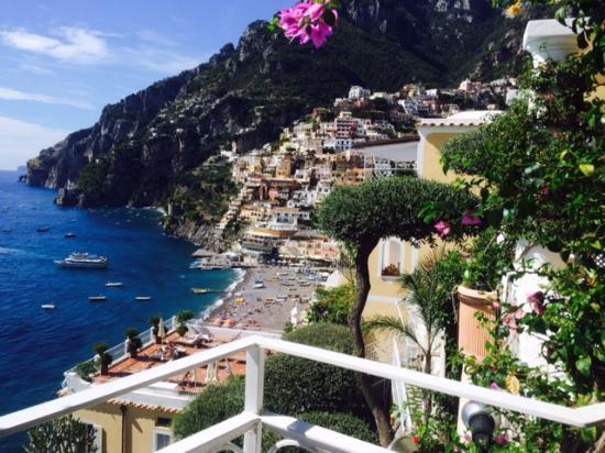 Hotel Marincanto - Positano (Italy)  Chỉ phải trả 5,5 triệu đồng/phòng đôi là bạn được nghỉ ngơi trong một trong những khách sạn có view đẹp nhất thế giới, nằm tựa lưng sát vách đá ở vùng ngoại ô thị trấn Positano, Italy. Khoảng sân rộng trồng đầy hoa, nhìn bao quát thị trấn sát trải dài trên sườn núi lấp lánh ánh đèn vào ban đêm, còn bên dưới là bãi biển xanh mê hoặc. Vị trí lý tưởng, giá cả hợp lý nên Marincanto thường xuyên trong tình trạng cháy phòng khiến bạn phải canh trước từ vài tháng là chuyện bình thường.