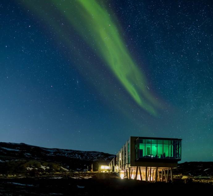 ION Luxury Adventure Hotel - Nesjavellir (Iceland)  Cách thủ đô Reykjavik chưa đầy 1 giờ chạy xe, khách sạn ION lọt thỏm giữa cảnh núi và cánh đồng dung nham non mềm mềm, là một trong những nơi ngắm cực quang đẹp nhất thế giới.  Nó trông như một đài quan sát nhô ra từ chân núi lửa đã ngưng hoạt động từ lâu, xây theo kiểu hiện đại với nội thất hướng tới sự đơn giản nhưng ấm cúng, tạo sự thoải mái cho du khách có nhu cầu ngắm ánh sáng thiên đường xứ Bắc Âu. Giá phòng ở đây vào khoảng 12 triệu đồng/phòng đôi và thường xuyên cháy phòng. Bạn phải đặt thật sớm thì mới có chỗ.