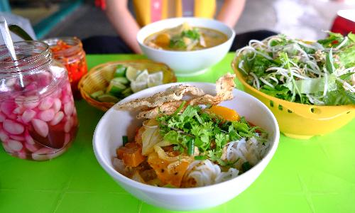 Tô bún sứa trên đường Cô Bắc chuyên bán sáng sớm tới khoảng 8h là hết hàng. Ảnh: Hương Chi.