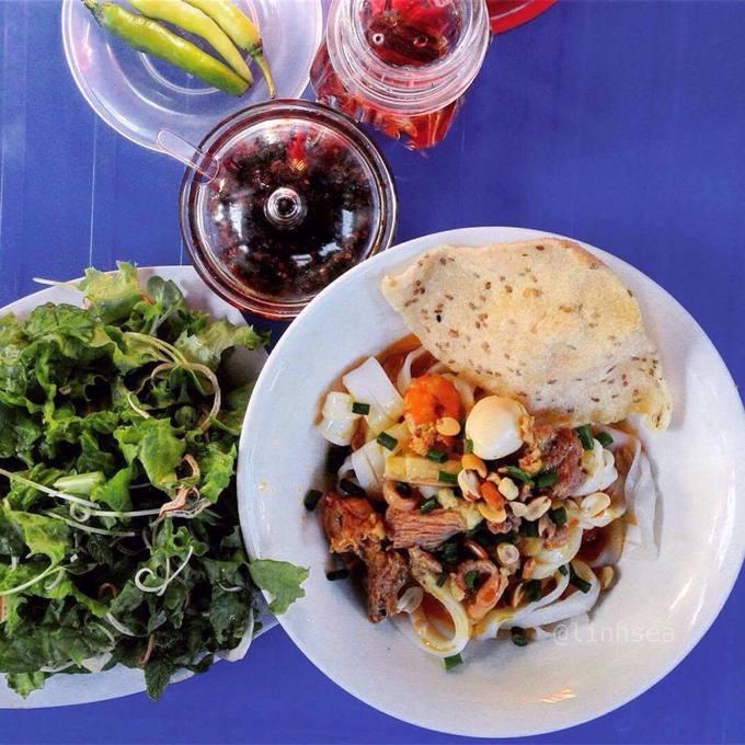 """Mì Quảng Đây là thức quà sáng phổ biến ở Đà Nẵng. Một số nơi trên đường Hải Phòng, Nguyễn Hữu Thọ, Nguyễn Công Trứ bán cả ngày. Giá mỗi tô mì Quảng dao động khoảng 15.000 – 50.000 đồng, tô tùy nơi. Một tô mì Quảng """"truyền thống"""" có sợi mì trắng dẹt, tôm, thịt heo hoặc gà, trứng, đậu phộng rang, bánh đa giòn, ăn kèm các loại rau thơm."""