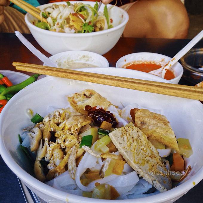 Nếu bạn đến Đà Nẵng đúng ngày mùng một âm lịch, sẽ rất khó để tìm một tô mì thịt, thay vào đó là mì Quảng chay với nguyên liệu chính từ đậu phụ, nấm và các loại củ.