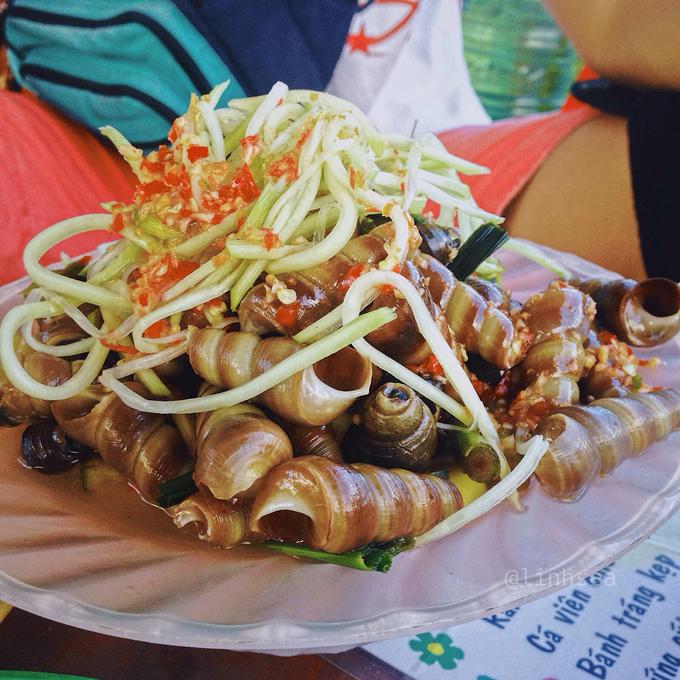 Ốc hút  Ốc hút ở Đà Nẵng thường được chế biến theo nhiều vị: từ xào dừa, xào xả ớt cho đến luộc đều thơm phức nóng hổi. Món này ăn kèm với sợi đu đủ chua cay theo đúng khẩu vị miền Trung. Giá mỗi phần từ 15.000 đến 30.000 đồng.