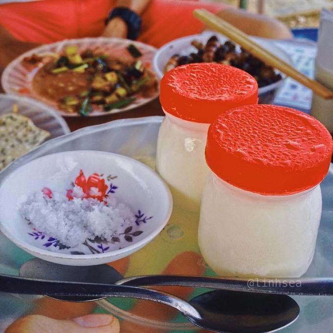 Sữa chua Cuối cùng là món sữa chua muối. Chủ quán thường mang ra một khay khoảng 10 hũ sữa chua kèm đĩa muối trắng. Khách ăn hết bao nhiêu sẽ tính tiền bây nhiêu. Sữa chua ở đây mềm, không quá béo. Lúc đầu thực khác sẽ cảm nhận được vị mặn của muối sau là vị ngọt của sữa chua đọng lại nơi cổ họng. Giá 1.000 đồng một hũ.