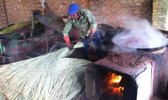 Cả làng nghề hiện có 2 tổ hợp sản xuất chiếu bằng máy. Tổng giá trị sản phẩm tiêu thụ của làng nghề dệt chiếu cói Phú Tân bình quân đạt trên 5,3 tỷ đồng một năm. Trung bình một người làm chiếu thu nhập khoảng 4 triệu đồng một tháng.