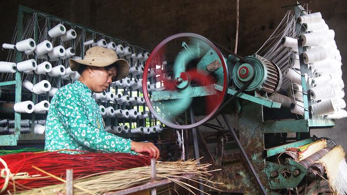 Do nhu cầu thị trường ngày càng tăng, nhiều gia đình ở làng nghề dệt chiếu cói Phú Tân đã trang bị máy móc để dệt, giúp tăng năng suất sản phẩm. Hiện làng có 2 tổ hợp sản xuất chiếu bằng máy.