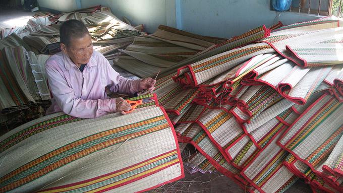 Nhiều người lớn tuổi vẫn còn làm nghề. Với kinh nghiệm lâu năm, họ chỉ dẫn lại cho người mới vào nghề. Một cặp chiếu dệt thủ công, giá khoảng 50.000 - 60.000 đồng, chiếu dệt máy giá lên 130.000 - 160.000 đồng mỗi cặp.