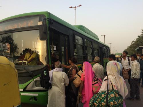 Người dân lên xe buýt ở trạm ga tàu Delhi Junction (Old Delhi) vào cuối ngày.