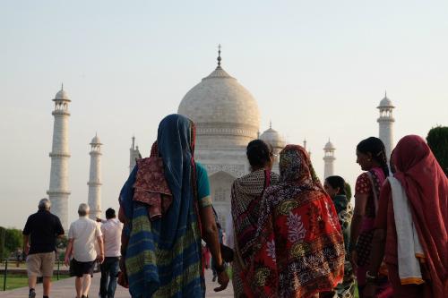 Du khách Ấn Độ và nước ngoài vào tham quan lăng Taj Mahal.