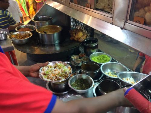 Một món ăn truyền thống của Ấn Độ được bày bán trong chợ chính của Varanasi.