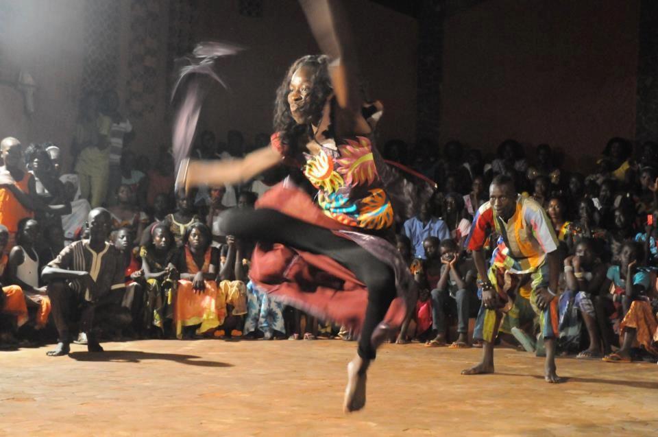 Điệu nhảy quyến rũ của phụ nữ Tây Phi Sabar là điệu nhảy truyền thống của phụ nữ Senegal với những chuyển động sexy và đòi hỏi thể lực tốt. Những pha đá chân, vung tay theo nhịp trống dồn dập khiến người xem không thể rời mắt. Video: Afri Dancehall.