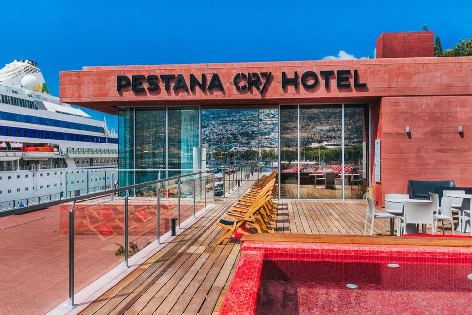 Nằm trên Hòn đảo Madeira xinh đẹp của Bồ Đào Nha, khách sạn Pestana CR7 Funchal là kết quả của sự hợp tác giữa chuỗi khách sạn Pestana Hotels và cầu thủ bóng đá nổi tiếng thế giới Cristiano Ronaldo.