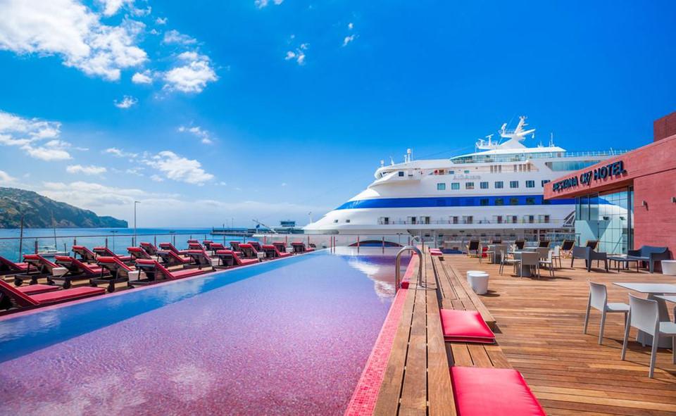 Khách sạn 4 sao sang trọng này có hồ bơi ngoài trời và cách bến thuyền Funchal 300 m.