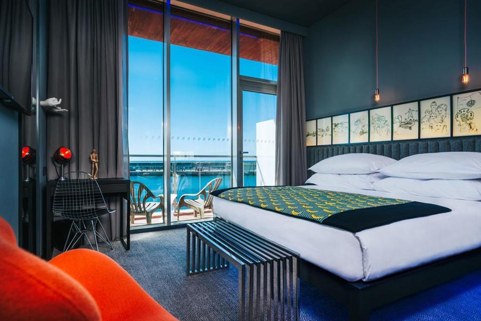 Pestana CR7 cung cấp các phòng giường đôi, có cửa sổ đón ánh sáng tự nhiên và phòng tắm riêng kèm đồ vệ sinh cá nhân miễn phí. Những phòng này đều được trang bị máy lạnh, minibar và két an toàn.