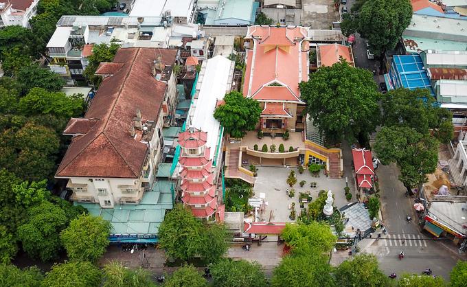 Chùa Xá Lợi nằm ngay góc đường Bà Huyện Thanh Quan và Sư Thiện Chiếu (quận 3, TP HCM) được xây dựng năm 1956, trong khuôn viên rộng 2.500 m2. Điểm nhấn của chùa là tháp chuông cao 32 m, gồm bảy tầng được xây dựng năm 1960, hướng ra đường Bà Huyện Thanh Quan.