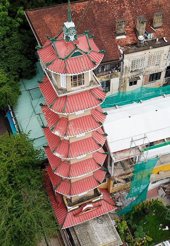 Từ khi hoàn thành cho đến đầu thế kỷ 21, đây là tháp chuông cao nhất Việt Nam. Sau này chùa Linh Phước ở Đà Lạt đã dựng một tháp chuông cao hơn (cao 37,84 m). Tuy nhiên, tháp chuông chùa Xá Lợi vẫn cao nhất TP HCM.  Từng tầng tháp chuông thờ một vị Phật, mỗi tầng có bốn mặt phẳng lớn và bốn mặt góc nhỏ, tạo thành một hình bát giác.