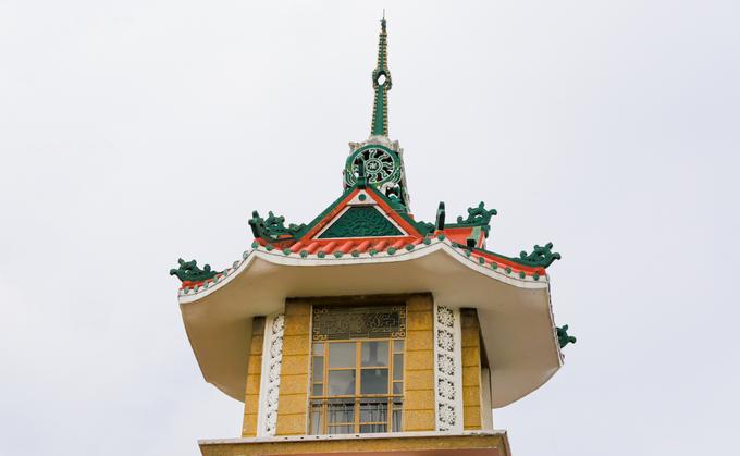 """Ở tầng cao nhất là một cổ lầu, bên trong treo một đại hồng chung nặng 2 tấn, đường kính 1,2 m, cao 1,6 m, được đúc đồng tại Huế theo mẫu của chuông chùa Thiên Mụ.  Tiếng ngân của chuông nổi tiếng, được biết đến qua bài vọng cổ """"Tiếng chuông chùa Xá Lợi"""" do soạn giả Viễn Châu sáng tác."""