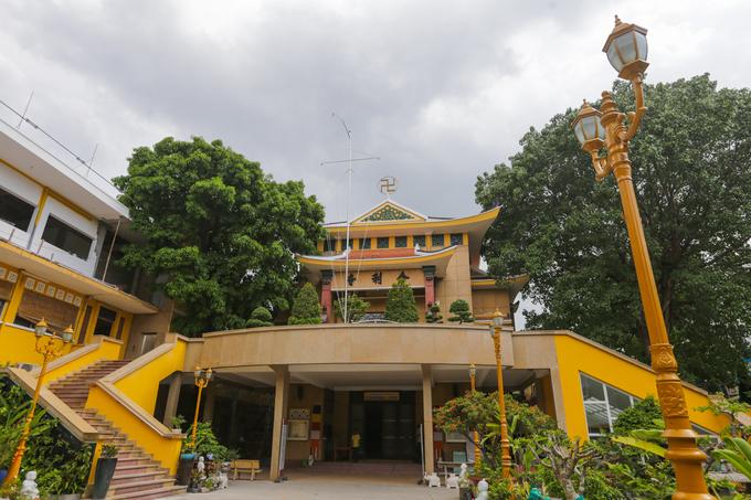 Chùa Xá Lợi là ngôi chùa đầu tiên của Sài Gòn được xây dựng theo lối kiến trúc mới với phía trên là bái đường, phía dưới là giảng đường. Sau này, chùa Vĩnh Nghiêm cũng được xây theo lối này.  Giảng đường ở tầng trệt có 400 chỗ ngồi. Xung quanh là thư viện, tăng phòng, nhà trai đường...