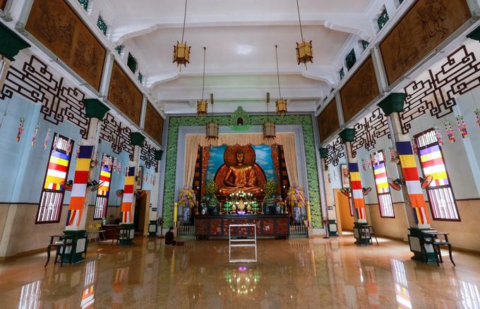 Chánh điện chùa chỉ đặt một tượng Phật Thích Ca Mâu Ni lớn, chứ không thờ nhiều Phật như các chùa xưa. Tượng do trường Mỹ Nghệ Biên Hòa đắp tạo, được coi là mẫu mực cho nhiều tượng Phật các chùa sau này. Năm 1969 tượng được thếp lại toàn thân bằng vàng.