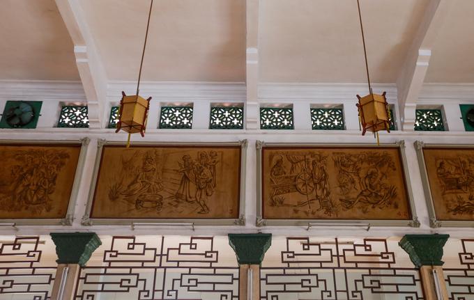Quanh chính điện trang trí 15 bức tranh lớn bằng sơn bột màu gắn trên tường. Bộ tranh thực hiện năm 1958, mô tả lịch sử đức Phật Thích Ca từ sơ sinh cho đến khi thành đạo - nhập niết bàn.