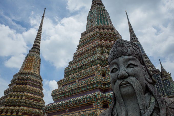 Nằm ven sông, Wat Pho là một trong những ngôi chùa lớn và cổ nhất Bangkok. Chùa có diện tích 80.000 m2 và là nơi khai sinh ra massage Thái, dịch vụ thịnh hành hiện nay tại đất nước chùa Vàng.