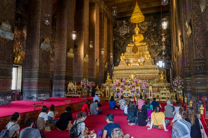 Chùa sở hữu hơn một nghìn ảnh Phật, cùng bức tượng Đức Phật ngồi tựa dài 46 m và cao 15 m. Toàn thân tượng được bọc vàng và ngọc mẫu trên mắt. Đặc biêt, trên bàn chân tượng trang trí 108 cảnh điềm lành theo phong cách Trung Hoa và Ấn Độ.  Dọc các dãy nhà nguyện trong chùa, du khách sẽ bắt gặp những tượng Phật, kinh thư, thư tịch, bích họa, pháp cụ pháp khí có niên đại xưa cổ, trong đó đặc biệt nhất là trên 349 bức tượng Phật mạ vàng.