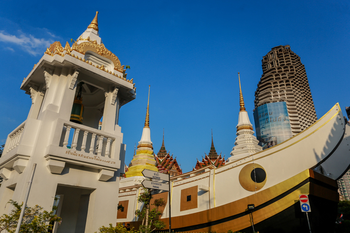 Nổi tiếng không kém là chùa Wat Yannawa, còn gọi là chùa Thuyền do vua Rama III xây dựng từ hàng trăm năm trước. Ngôi chùa có sự kết hợp hài hòa giữa kiến trúc hình dáng con thuyền của Trung Hoa với mái cao vút của lối kiến trúc Thái Lan. Mô hình thuyền trước chùa để ghi lại công cuộc bang giao hàng hải của Thái với các nước lân bang.