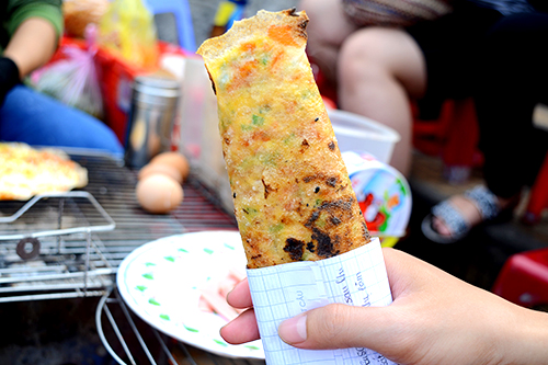 Giá một chiếc bánh tráng nướng rẻ nhất là 10.000 đồng. Ảnh: Di Vỹ.
