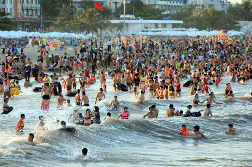 Tháng 6 đến 8 là mùa cao điểm của du lịch Sầm Sơn. Ảnh: Lê Bích.