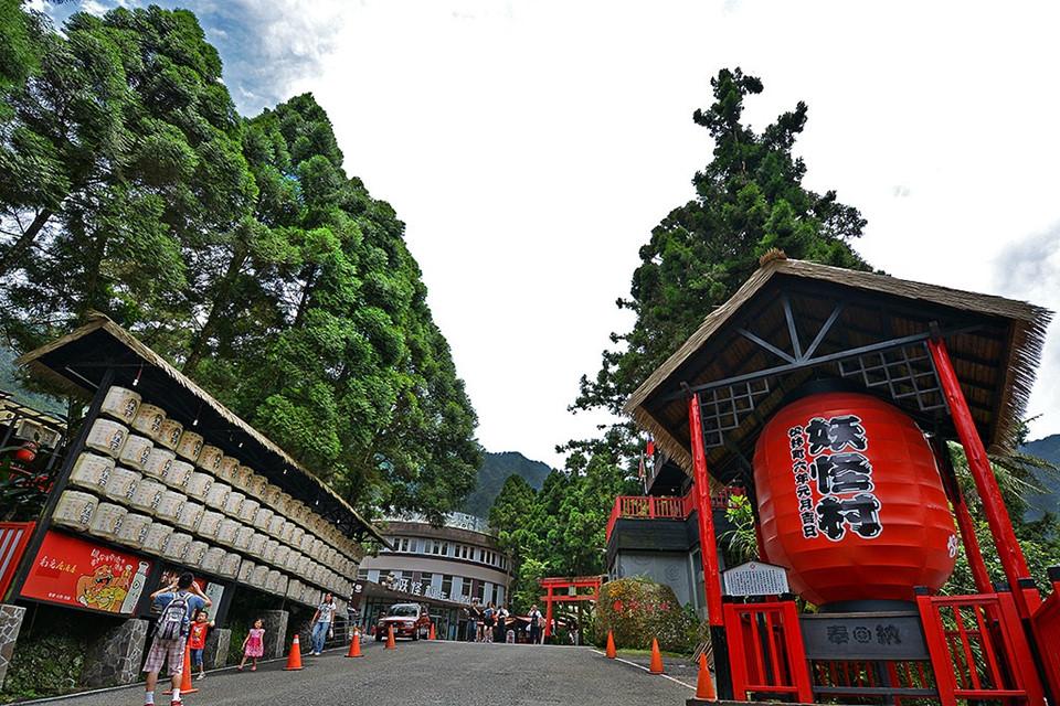 Nếu là người yêu thích những điều mới lạ khi đến với TP Đài Trung (Đài Loan), chắc chắn, bạn không nên bỏ qua làng Yêu Quái (trước kia gọi là Matsubayashi). Cách thành phố hơn 40 phút đi xe, ngôi làng nằm ngay cạnh rừng Khê Đầu thuộc huyện Nam Đầu.