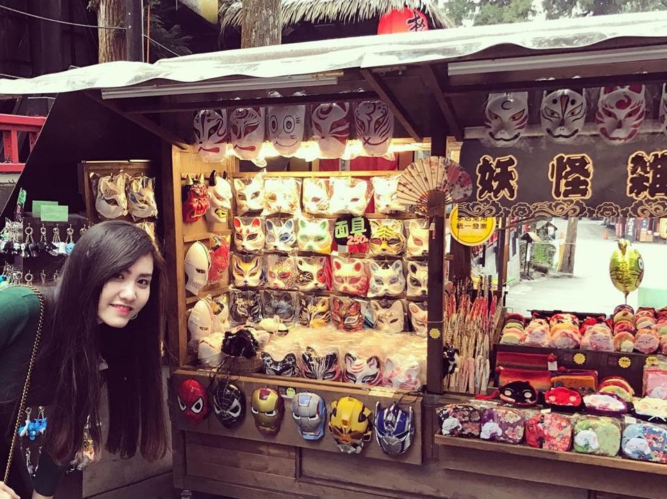 Để lưu giữ kỷ niệm hay tìm quà tặng cho người thân, du khách có thể đến các gian hàng và lựa chọn những món đồ lưu niệm xinh xắn.