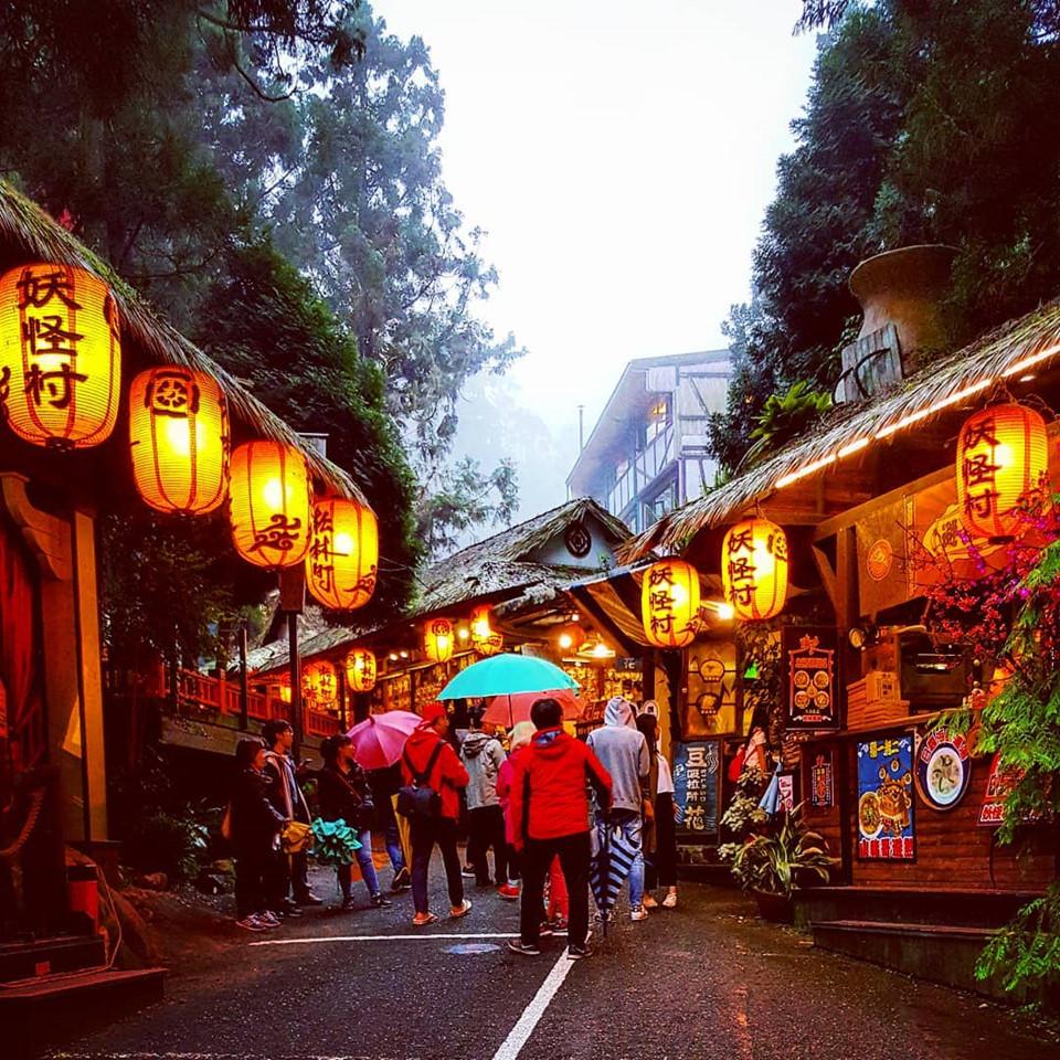 """Đài Loan nói chung và làng Yêu Quái nói riêng, có rất nhiều thứ thú vị khiến du khách sẵn lòng mở hầu bao. Do đó, để tiết kiệm chi phí, bạn nên tìm mua vé may bay rẻ. Hiện tại, Vietjet Air đã khai thác đường bay hai chiều từ Hà Nội và TP.HCM đến thành phố Đài Trung (Đài Loan). Ngoài ra, bạn cũng nên đặt trước khách sạn và lưu ý những chương trình giảm giá cho các dịch vụ tham quan. Ngôi làng có thật trong siêu phẩm hoạt hình 'Spirited Away' Bộ phim hoạt hình Nhật Bản từng đoạt giải Oscar """"Spirited Away"""" (Vùng đất Linh hồn) lấy bối cảnh ở một ngôi làng có thật tại Đài Loan (Trung Quốc) tên là Cửu Phần."""