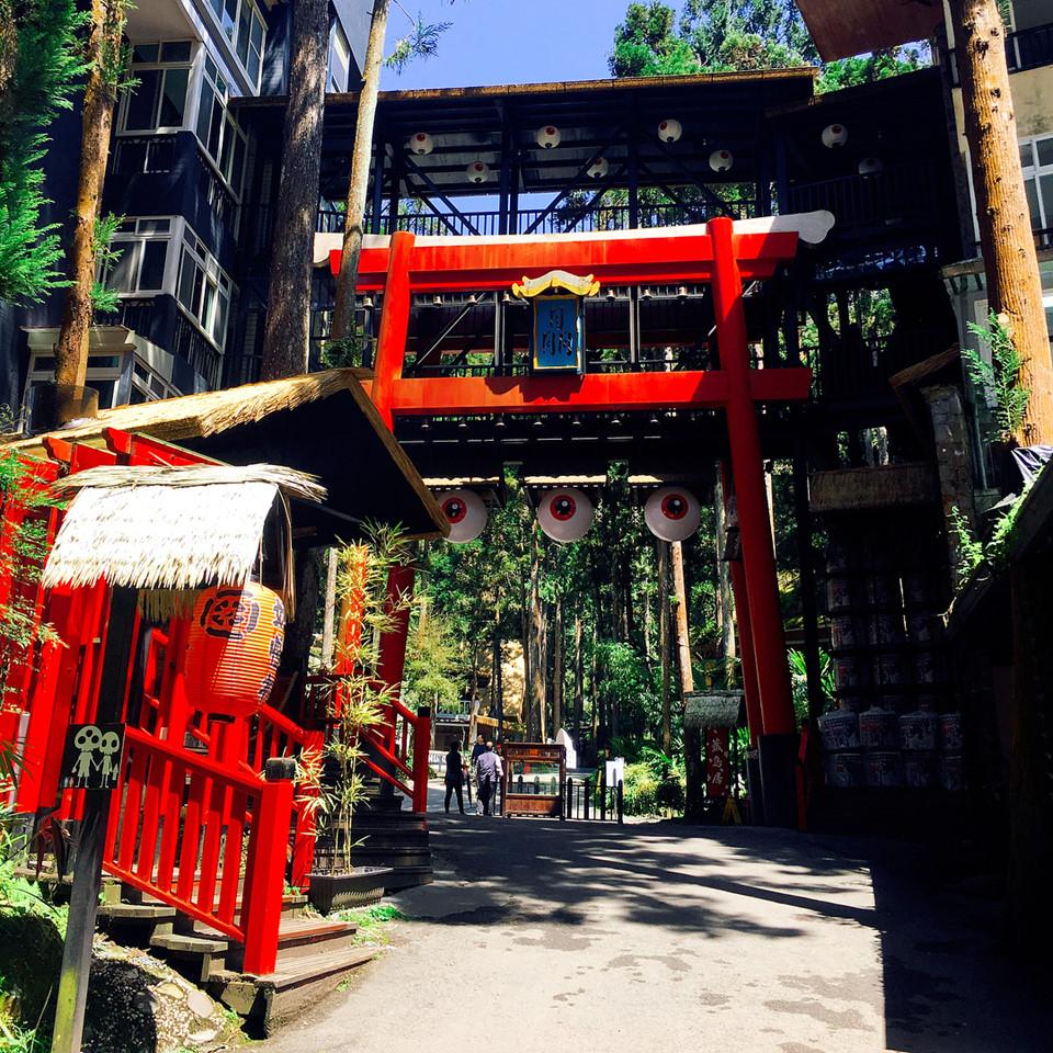Ngôi làng được lấy cảm hứng từ Nhật Bản với nhiều bức tượng quái vật và đèn lồng đỏ treo trước cửa nhà. Sau khi được xây dựng lại theo chủ đề văn hóa quái vật vào năm 2011, làng Yêu Quái thu hút hơn 200.000 lượt khách du lịch mỗi tháng và trở thành điểm tham quan thú vị nhất tại huyện Nam Đầu.