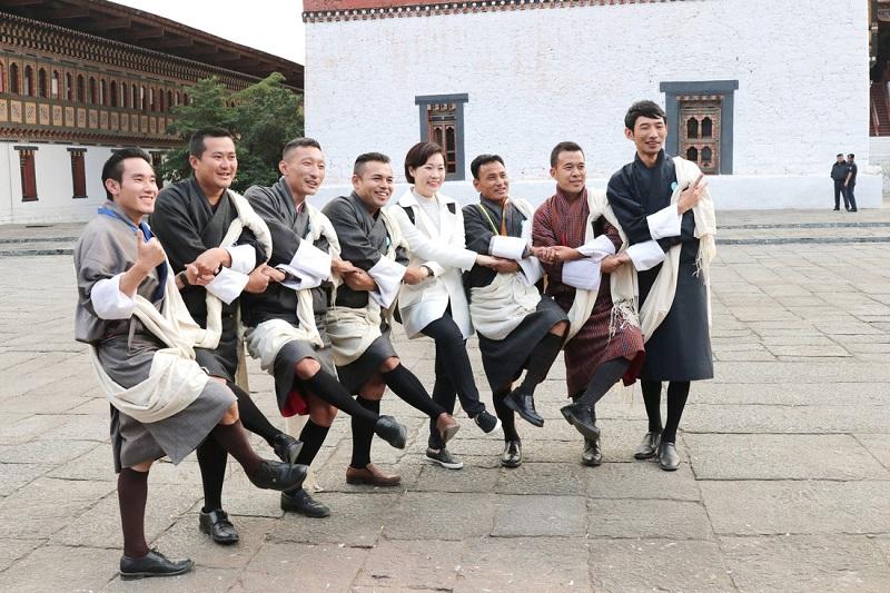 Những hướng dẫn viên Bhutan trong trang phục truyền thống - Gho. Họ tự hào mặc Gho khi đi làm và trong tất cả các dịp trọng đại - Ảnh: Thái Minh Châu
