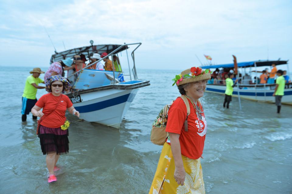 Sky Mirror nằm gần Kuala Selangor, là một dọi cát rộng lớn ngay cửa biển. Nơi này có bề mặt bằng phẳng, với diện tích rộng tới hàng chục sân bóng. Khi nước triều rút dần bắt đầu để lộ ra một khu vực rộng lớn giữa biển. Đó là lúc du khách được đưa đến vui chơi.
