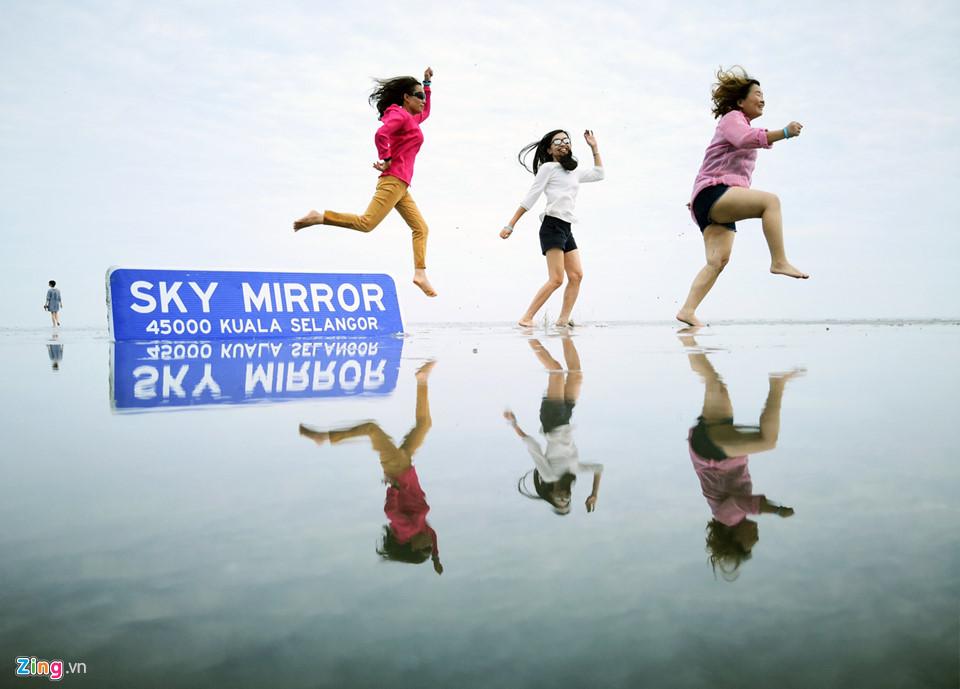 """Bãi biển Kuala Selangor còn được biết đến với cái tên """"gương Mặt Trời"""". Những vùng nước nông của """"đảo bí mật"""" này phản ánh bầu trời trong veo cùng tất cả những gì đang diễn ra, do đó tạo ra nhiều cơ hội chụp ảnh độc đáo cho du khách."""