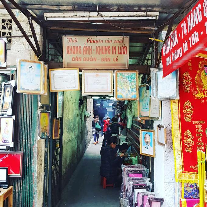 Bún chả ở ngõ 74 Hàng Quạt là địa chỉ được nhiều người dân lẫn du khách check-in. Dù toạ lạc ở trong một con hẻm nhỏ, hàng bún vẫn tấp nập thực khách. Ảnh: Jim Too.