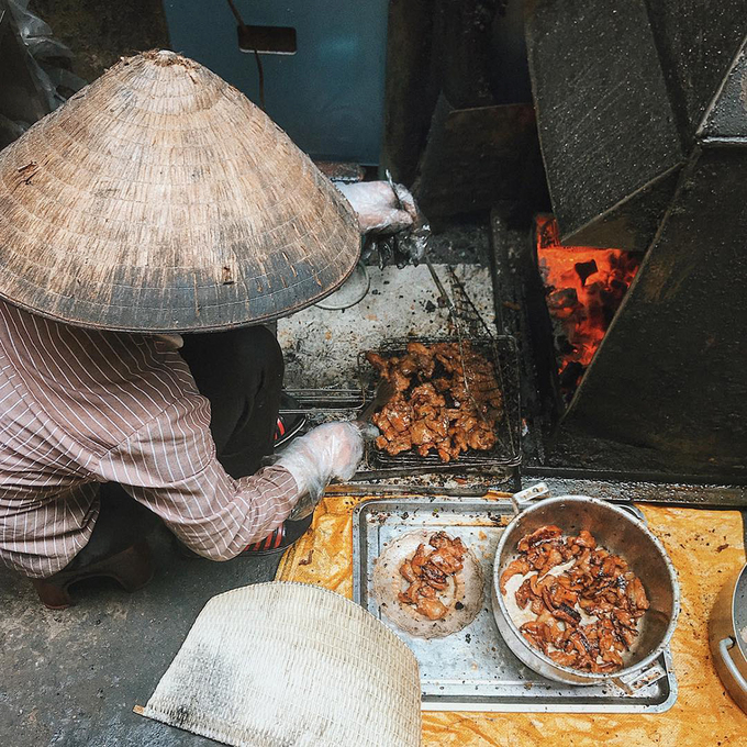 Thịt được nướng tại chỗ nên lúc nào cũng nóng, ai đi ngang đều ngửi mùi thơm nức. Ảnh: @hanguang.
