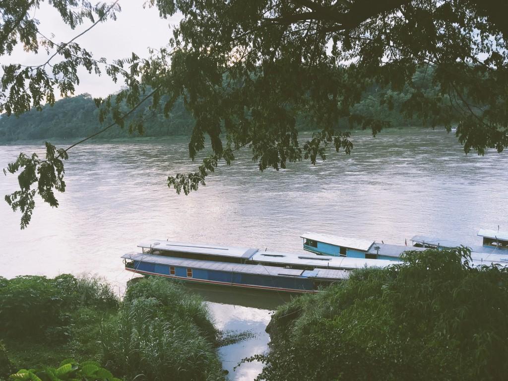 Con sông bao quanh thành phố.