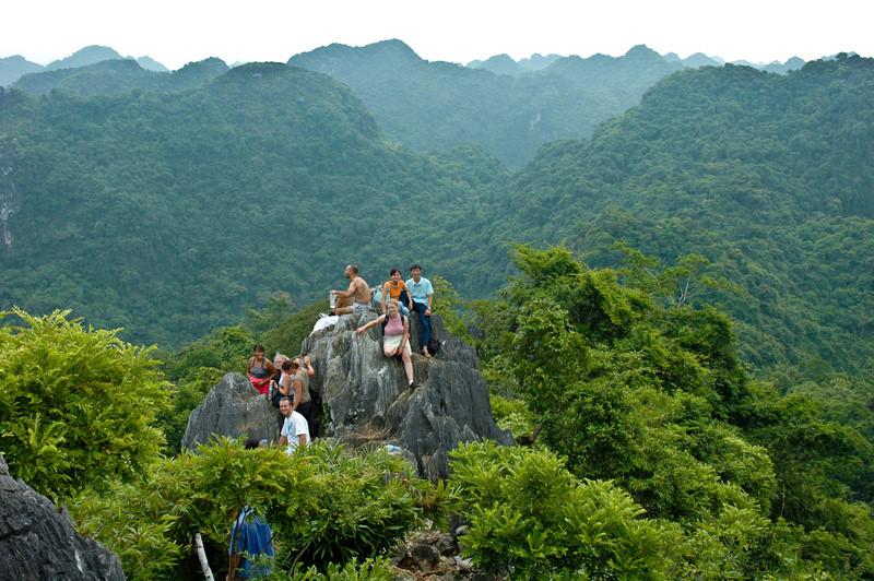Khung cảnh vườn quốc gia Cát Bà nhìn từ đỉnh Ngự Lâm. Ảnh: Gavin White.