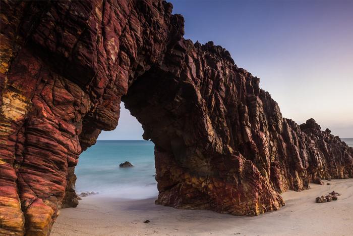 Đến với Jericoacoara, du khách có vô vàn hoạt động thể chất, khám phá vẻ đẹp thiên nhiên. Lướt sóng, chèo thuyền kayak trên biển, chèo ván đứng đi dọc các con sông hay thám hiểm cung đường dẫn đến hòn đá The Arched - biểu tượng của Jericoacoara trên bãi biển Malhada mang đến những trải nghiệm khó quên.
