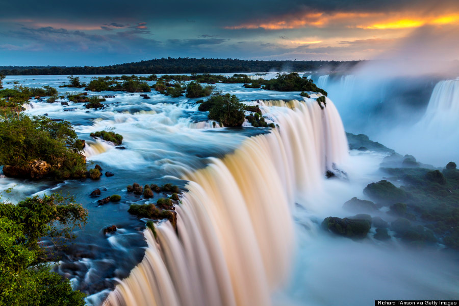 Thác Iguazu là một trong những thác nước thiên nhiên hùng vĩ và nổi tiếng nhất thế giới, chào đón hàng triệu lượt khách du lịch ghé thăm. Thác nước nằm trên đường biên giới của hai nước Brazil và Argentina. Hệ thống thác bao gồm 275 ngọn thác lớn nhỏ dọc theo chiều dài đoạn 2,7 km của sông Iguazu. Hầu hết trong số đó cao hơn 67 m. Địa danh này được UNESCO công nhận di sản thế giới năm 1984.