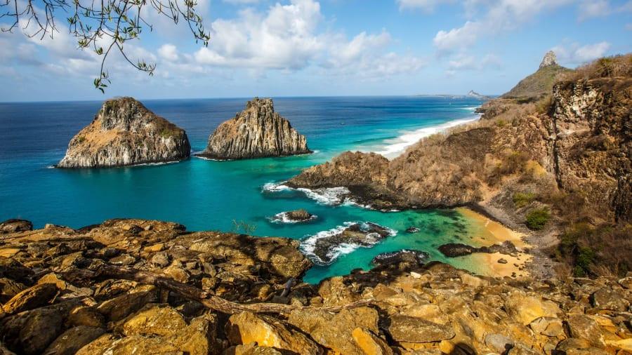 Brazil có tổng diện tích lên tới 8.511.965 km2, chiếm tới một nửa diện tích lục địa Nam Mỹ và xếp thứ năm trên thế giới. Nơi đây chiếm trọn trái tim khách du lịch với vô vàn cảnh quan thiên nhiên hùng vĩ và nền văn hoá Mỹ Latinh đặc sắc lâu đời.