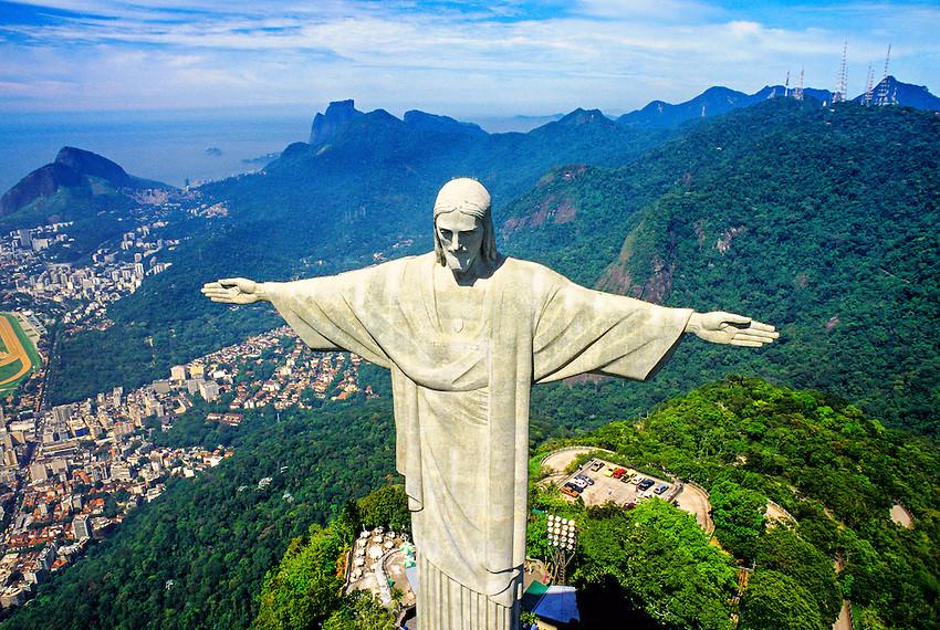 Công trình này không những mang ý nghĩa tôn giáo với hình dáng Chúa dang tay che chở tượng trưng cây thánh giá, mà còn thể hiện sự hiếu khách của người Brazil chào đón khách du lịch từ mọi nơi tới thăm.