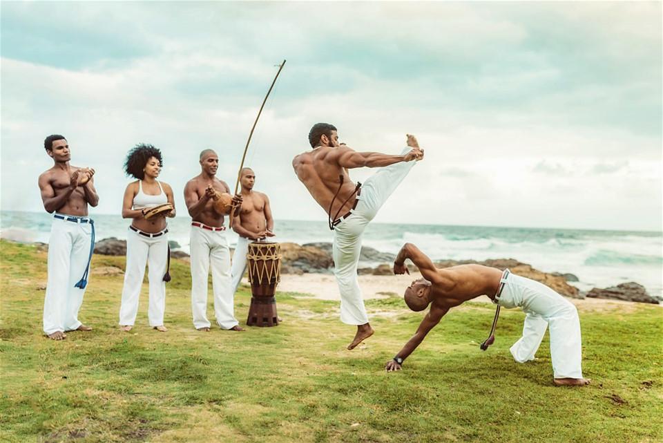 Ẩn trong vẻ ngoài thu hút rực rỡ ấy là câu chuyện lịch sử về thời kỳ đen tối nhất của Brazil. Bắt đầu từ thế kỷ 16, nơi đây là thủ phủ buôn bán nô lệ. Trong hơn 4 triệu nô lệ gốc Phi tới châu Mỹ qua Brazil, khoảng 1,5 triệu người được chuyển đến Salvador làm việc cho các nông trường mía đường. Cũng bởi vậy, văn hoá ở thành phố này pha trộn giữa Phi-Mỹ Latinh, tạo nên nhiều nét đặc sắc về nghệ thuật. Điển hình như Capoeria được kết hợp từ các động tác biểu diễn võ thuật và nhảy.