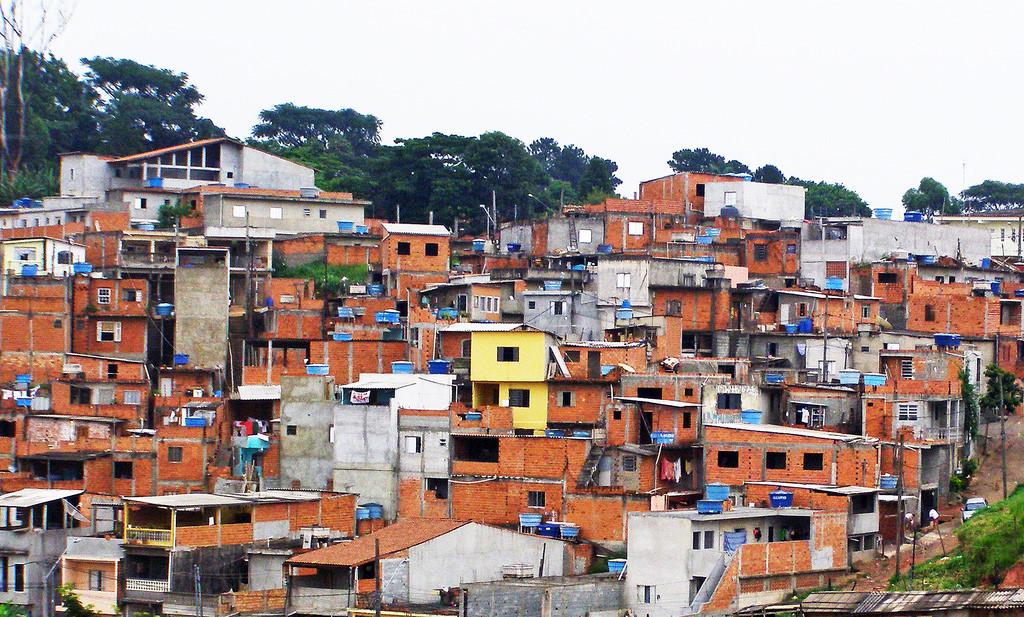 Sao Paulo là thành phố đông thứ ba thế giới với ước tính 20 triệu dân đang sinh sống. Là trung tâm kinh tế lớn và cái nôi ẩm thực của Brazil, bên cạnh sự phát triển lớn mạnh của thành phố, vẫn tồn tại những khu nhà ổ chuột với tỷ lệ tội phạm cao nhất cả nước.