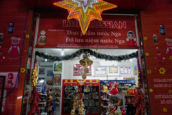 Nhiều gian hàng trong chợ dùng biển hiệu song ngữ Việt - Nga. Tiểu thương phần lớn có thể giao tiếp tiếng Anh, một số người nói được tiếng Nga. Đặc biệt, chợ chủ yếu bán đồ cho người ngoại quốc nên có rất nhiều quần áo cỡ lớn.